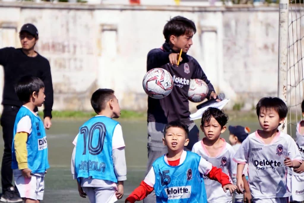 ベトナムでサッカーを教える井上寛太